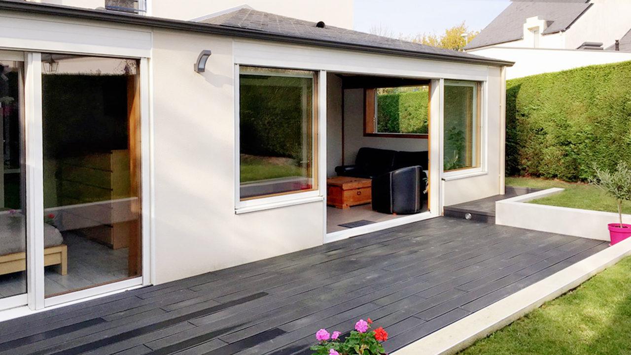 espace de vie avec une vue sur le jardin