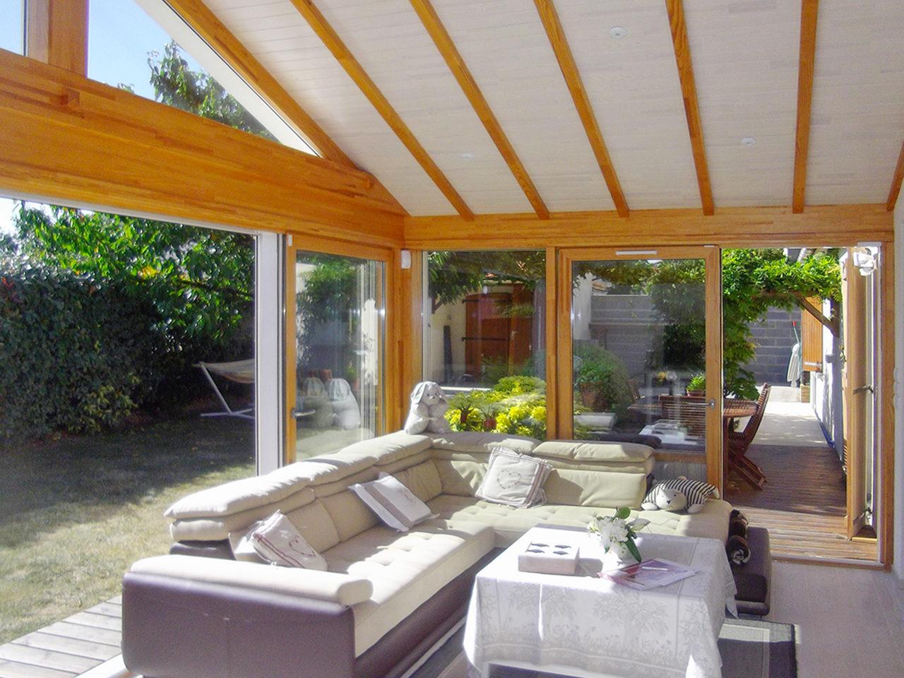 salon chaleureux avec ch ssis fixe vitr padiou v randa. Black Bedroom Furniture Sets. Home Design Ideas